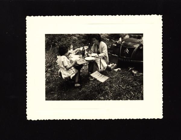 1956#_Pique-nique, Geneviève, les deux soeurs avec 2 CV