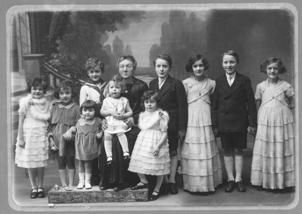 1-Léonie et ses dix premiers petits enfants 1932