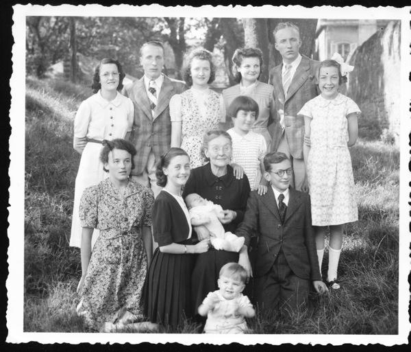 2-Léonie, ses 10 petits enfants, 2 arrière petits-enfants